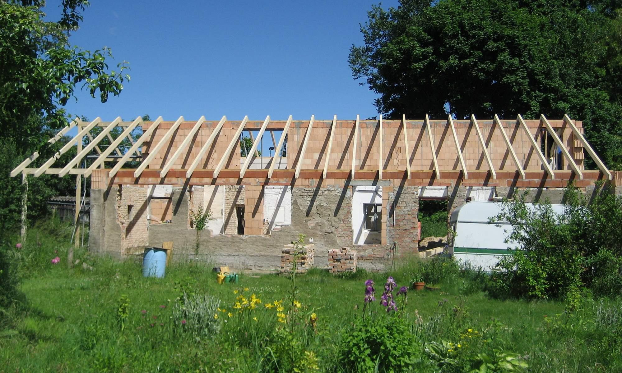 Rohbau mit Dachunterkonstruktion aus Holz