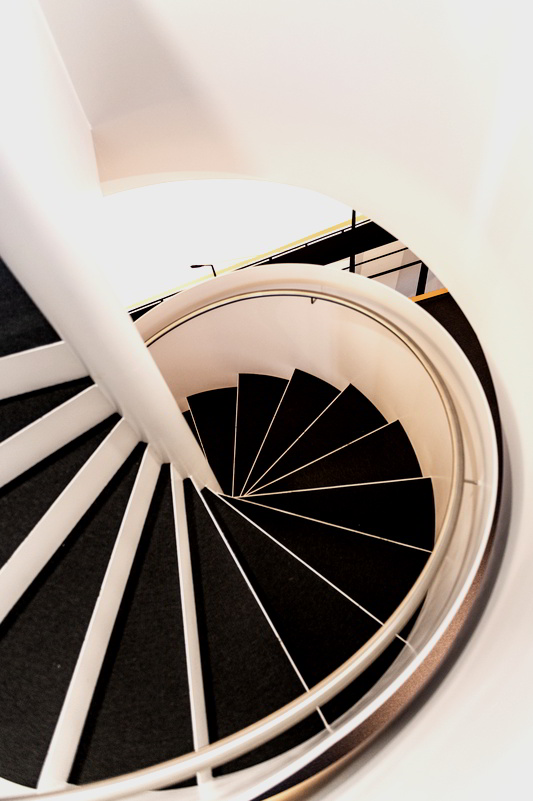 Blick von oben auf die Stufen einer Wendeltreppe