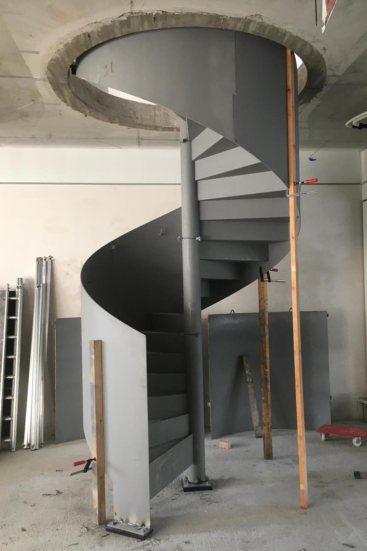 Der Rohbau der Treppe auf der Baustelle - alle Einzelteile sind zusammengefügt